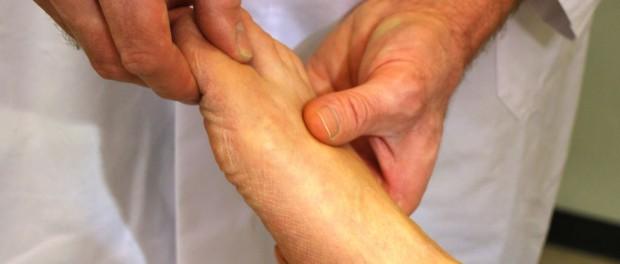 Tut die Kehle schmerzhaft weh, zu schlingen, den Hals nicht zu berühren