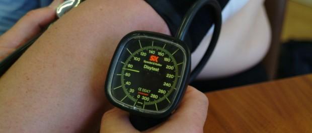 Am Blutdruckmesser sind die Werte sofort ablesbar.